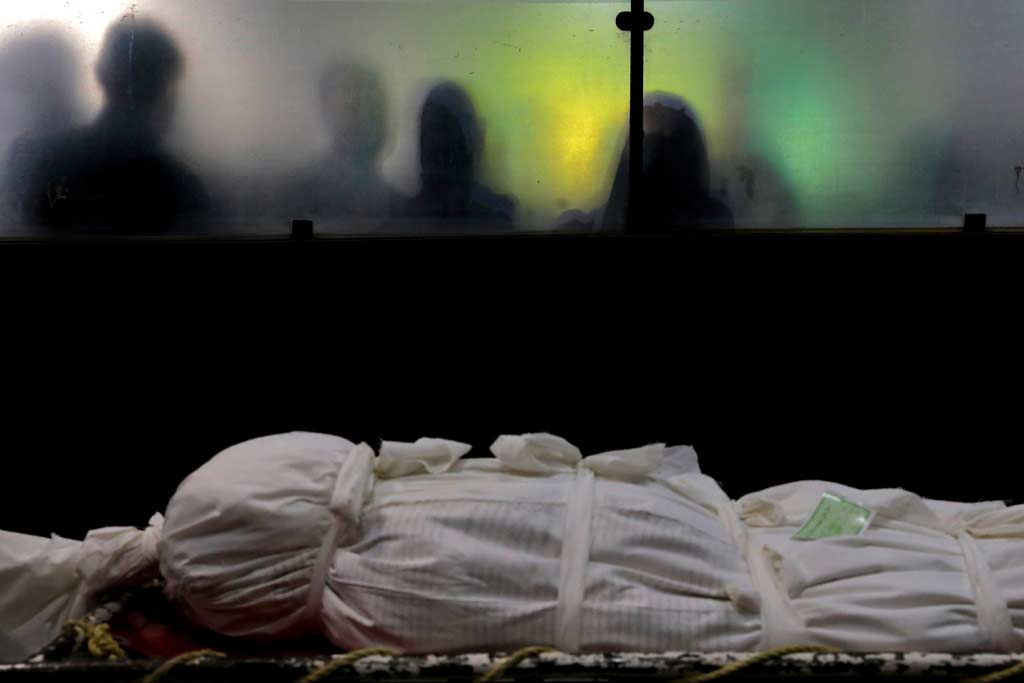 Angehörige nehmen Abschied auf dem Zentralfriedhof in Teheran.