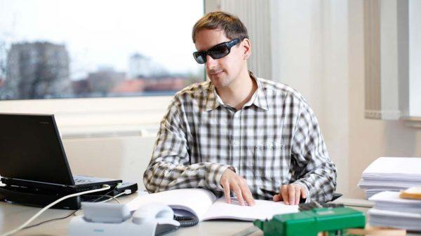 ROLLINGPLANET-Kolumnist Heiko Kunert sitzt am PC und arbeitet.