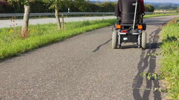Ein 59-Jähriger war schwer alkoholisiert mit seinem elektrischen Rollstuhl unterwegs.
