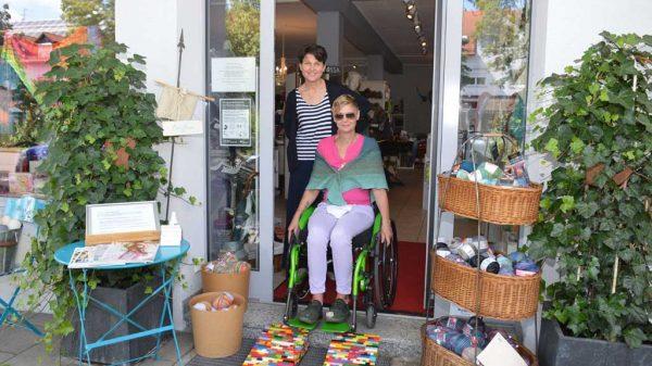 Toller Blickfang: Ladeninhaberin Anna Froelian (l.) freut sich über die praktische Legorampe von Tina Peter, mit der sie ihren Kundinnen und Kunden einen barrierefreien Zugang ermöglichen kann.