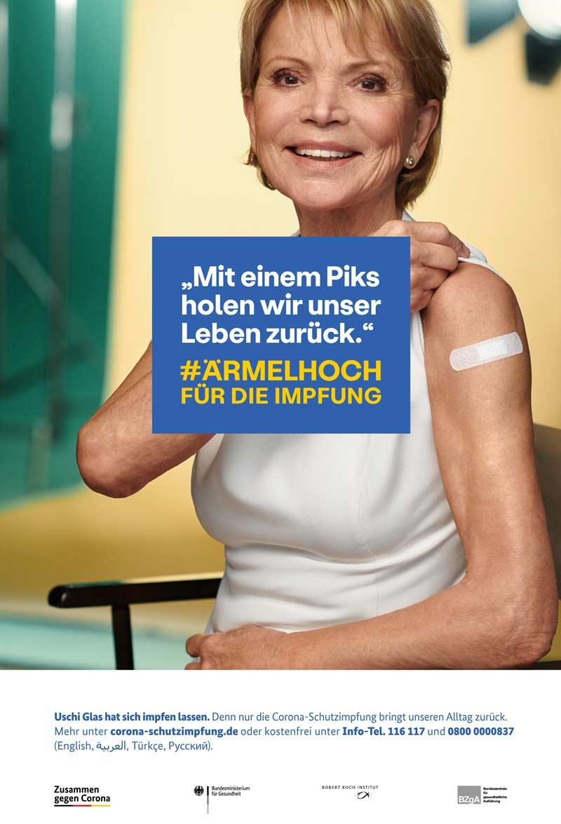 """Immer mehr Promis machen ihre Impfung öffentlich: Uschi Glas auf einem Plakat der """"Ärmel hoch""""-Kampagne der Bundesregierung."""