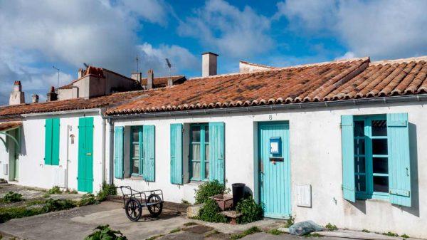 Die typischen Häuser auf Aix sind Sinnbilder eines vermeintlich schönen, einfachenLebens ab vom Schuss. Typisch sind die Fensterläden in Rostrot, Blau, Türkis – eine eigene Welt.