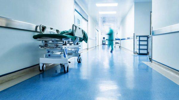 Wenn Menschen mit Behinderung ins Krankenhaus müssen, benötigen sie häufig die Begleitung einer vertrauten Assistenz. Die Finanzierung dieser Leistung ist aber nur unzureichend geregelt.