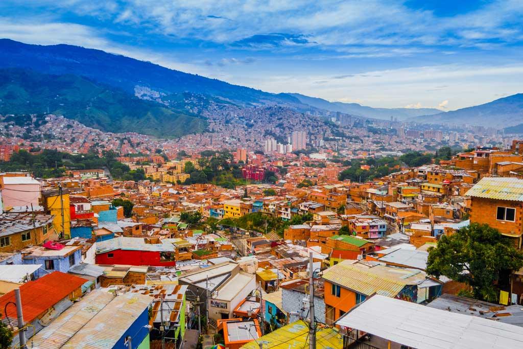 In Medellin, der Hauptstadt Kolumbiens, gibt es viel zu sehen. Seit Oktober 2020 können Touristen an mehrstündigen Touren mit E-Rollstühlen teilnehmen.