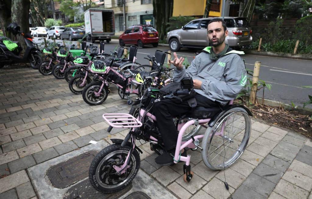 MATT-Firmengründer Martín Londoño (31) hatte die Idee zu den Touren. Für etwa 25 Dollar können Behinderte und Nichtbehinderte in seine elektrischen Rollstühle einsteigen und eine dreistündige Fahrt durch die Millionenmetropole Medellin genießen.