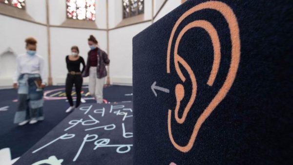 """Die Installation """"I Felt People Dancing"""" der US-amerikanischen Künstlerin Alison O'Daniel ist Teil der Ausstellung """"Barrierefreiheit"""" in derKunsthalleOsnabrück."""