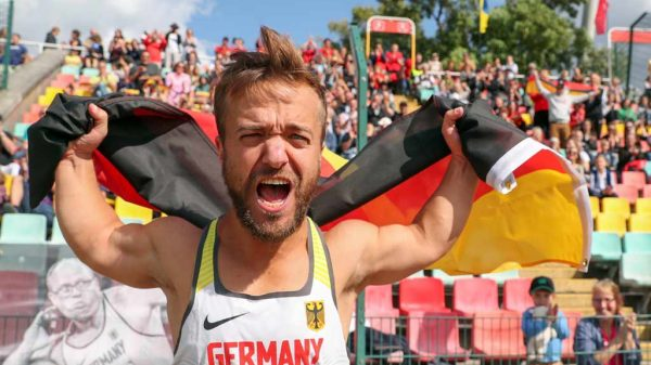 Para-Speerwerfer Mathias Mester freut sich über seine Goldmedaille bei der EM 2018 in Berlin.