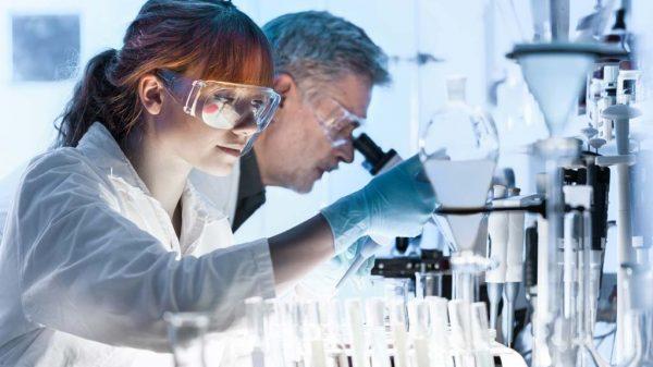 Mitarbeiter der Chemie- und Pharmabranche können nun entspannter in die Zukunft blicken.