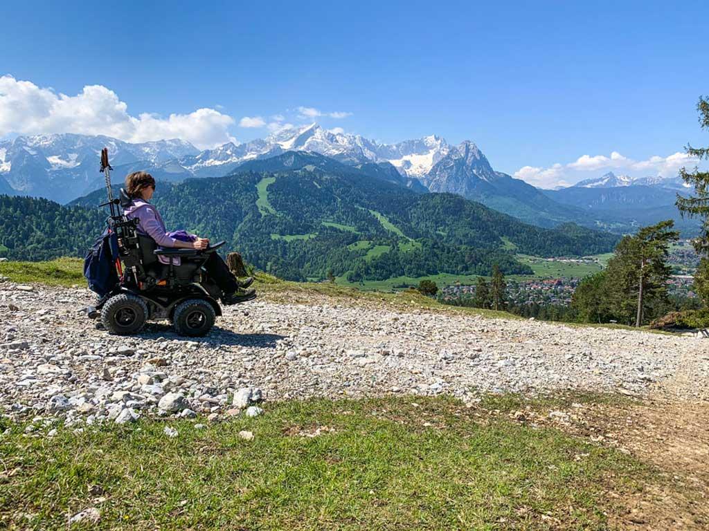 Schottenpisten sind kein Hindernis: Mit dem Offroad-Rollstuhl können Menschen mit Mobilitätseinschränkung tolle Ausblicke auf der Strecke genießen.