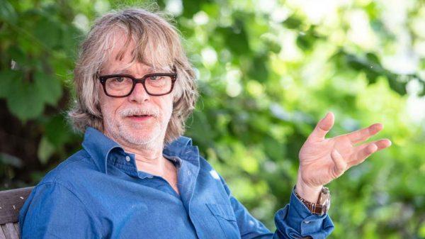 Musiker und Entertainer Helge Schneider in seinem Garten