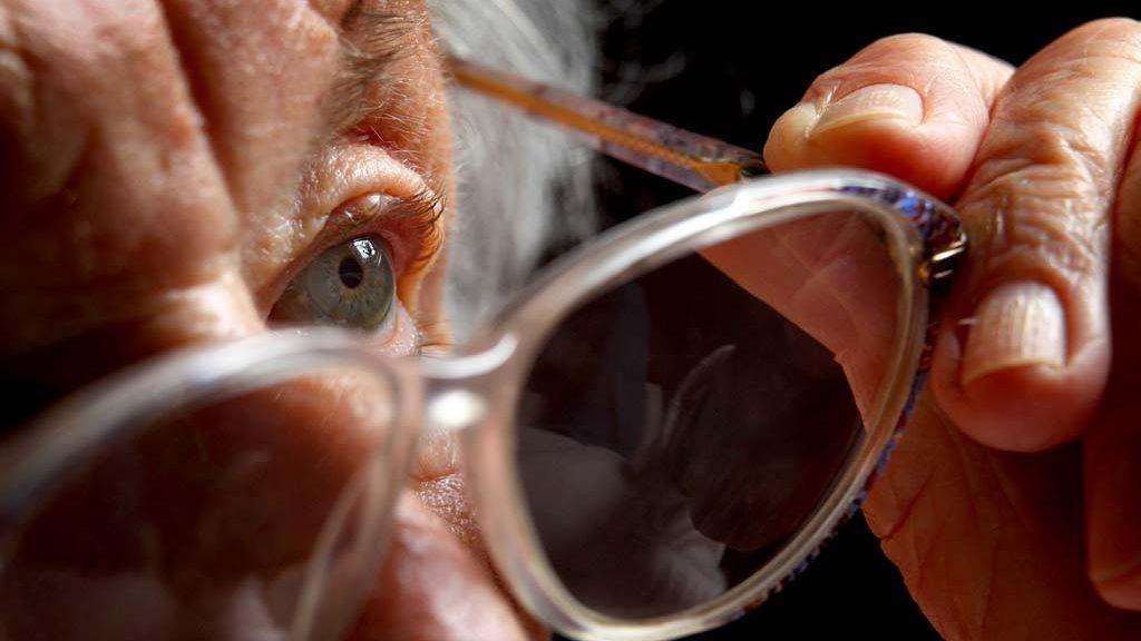Vor allem ältere Menschen sind vom plötzlichen, schmerzfreien Sehverlust betroffen.