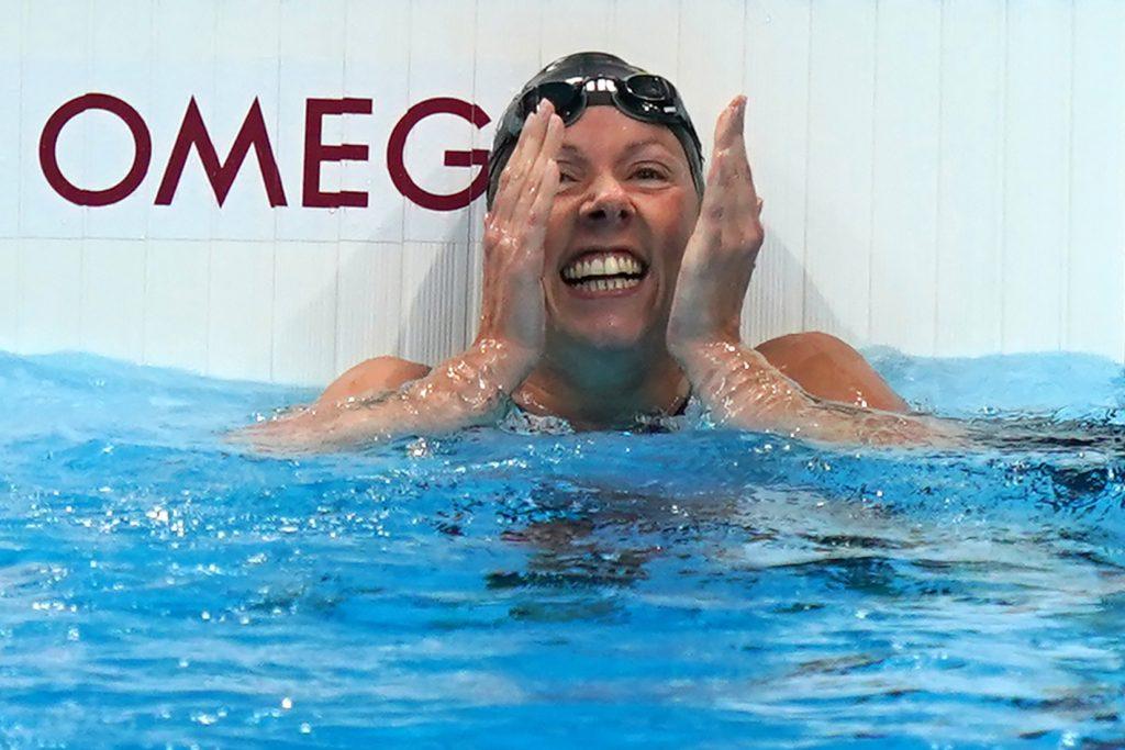 Tokyo Aquatics Centre: Verena Schott aus Deutschland freut sich nach dem Wettkampf über ihre Bronzemedaille. (Foto: Marcus Brandt/dpa)