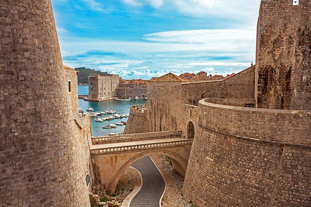 Die Altstadt und der Hafen der kroatischen Stadt Dubrovnik