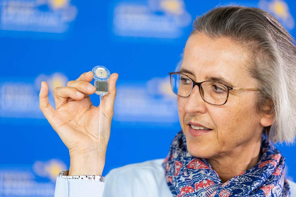 """HNO-Fachärztin Prof. Dr. Anke Lesinski-Schiedat zeigt ein Cochlea-Implantat bei der Vorstellung des Projekts """"Aus der Stille in den Klang"""" von der Aktion Kindertraum."""