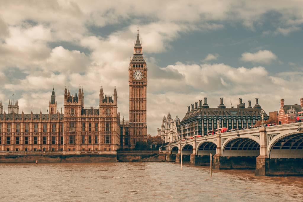 Big Ben neben den Houses of Parliament im Zentrum Londons
