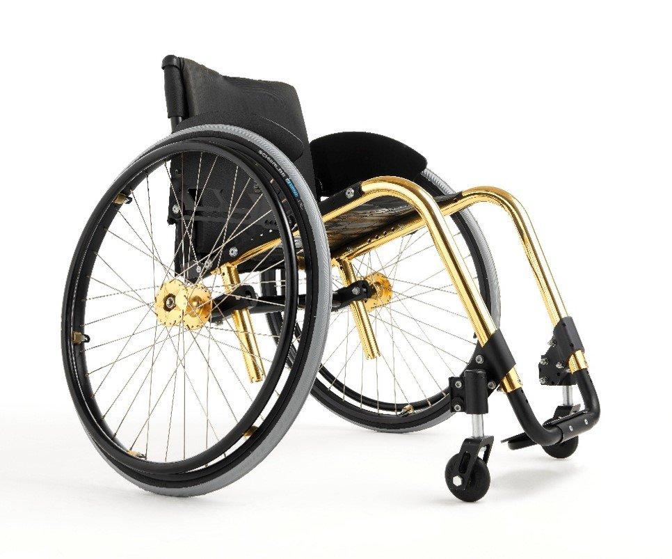"""Wenn ein Rollstuhl zum modischen Accessoire wird. """"Küschall Competition"""": ein Rollstuhl der modernen Bauart. (Von Tim99~commonswiki – Eigenes Werk, CC-BY-SA 4.0)"""