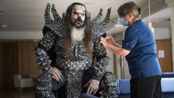 Mr. Lordi, Sänger der finnischen Hard-Rock-Band Lordi, erhält in voller Bühnen-Montur die zweite Dosis des Corona-Impfstoffs.