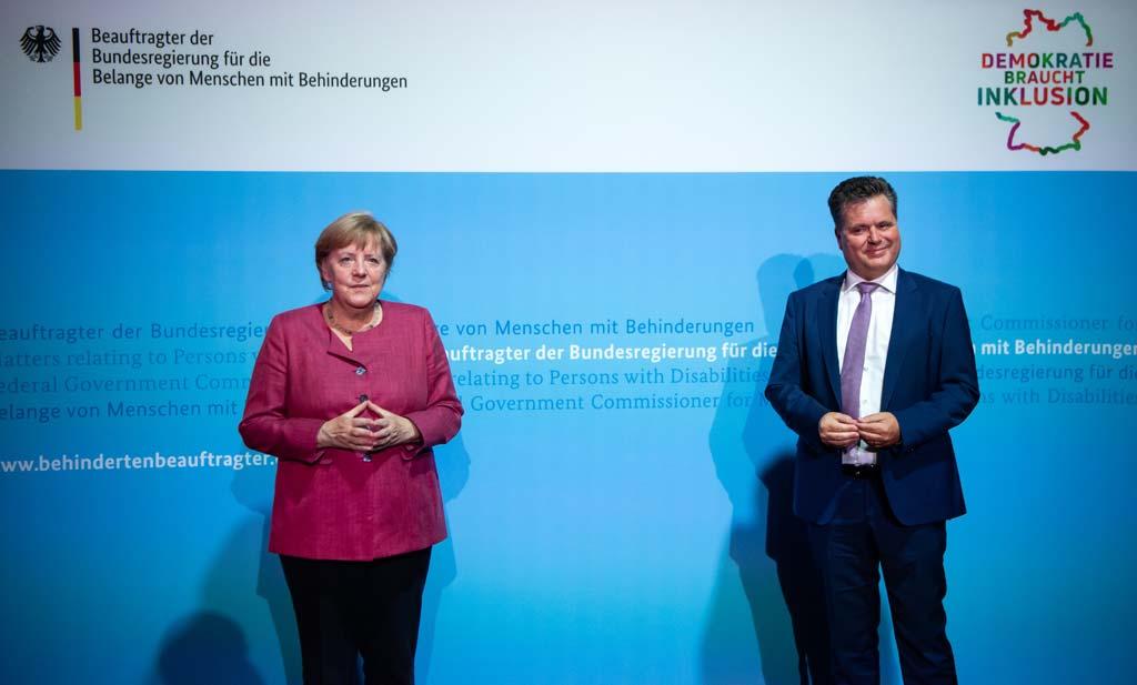 Bundeskanzlerin Angela Merkel mit Jürgen Dusel, Beauftragtem der Bundesregierung für die Belange von Menschen mit Behinderungen, bei Online-Jahresempfang des Behindertenbeauftragten.