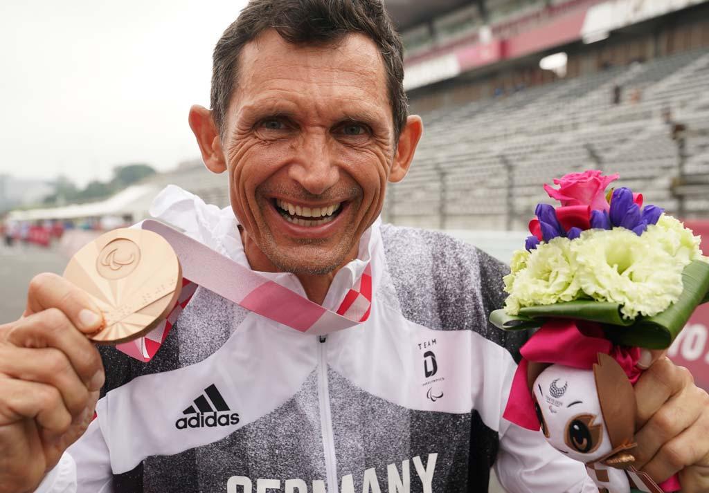 Michael Teuber feiert seine Bronze-Medaille.