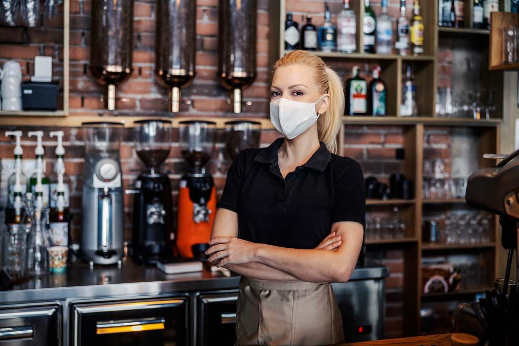 Bedienung im Café mit Maske