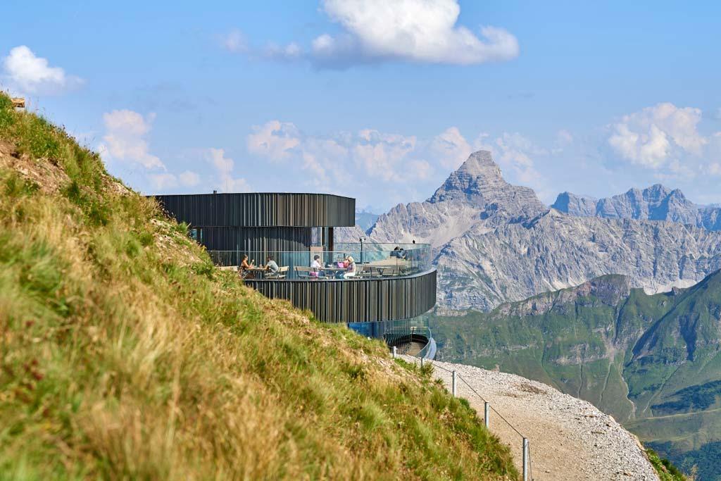 Das Nebelhorn-Marktrestaurant bietet Terrassen mit beeindruckendem Ausblick auf die Bergwelt.