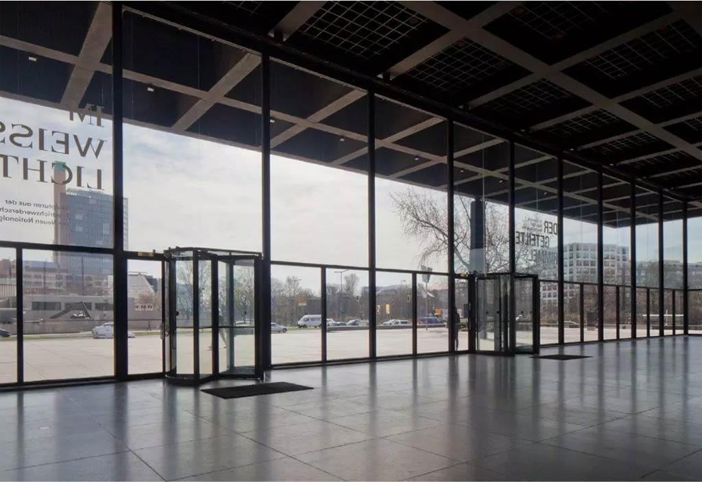 Der Eingangsbereich des Museum mit Karusseltüren