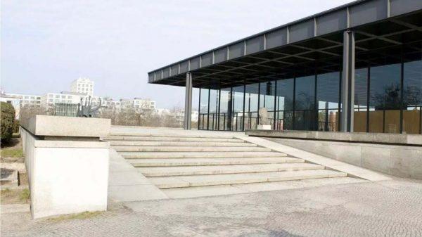 Die Rampe zum Eingang der Neuen Nationalgalerie.