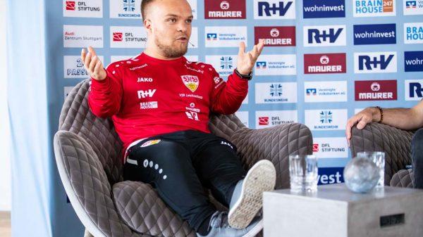 Niko Kappel auf einer Pressekonferenz