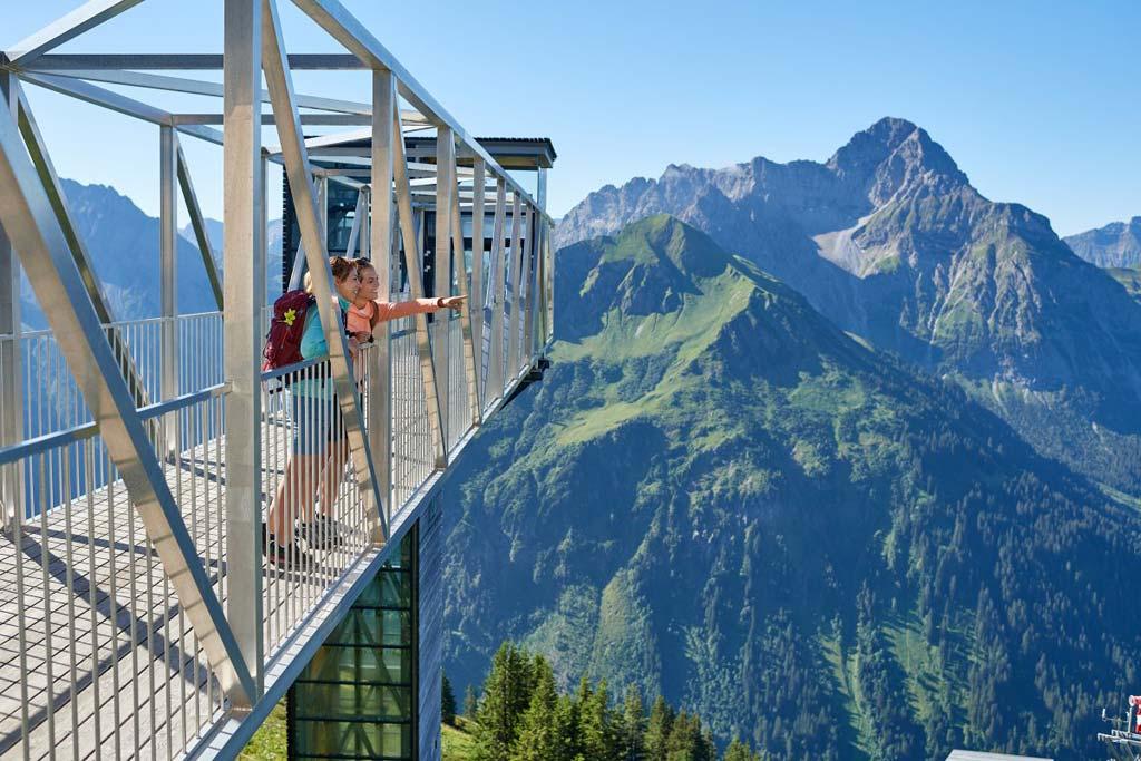 Zwei Frauen stehen auf der Aussichtsplattform - im Hintergrund der verglaste Aufzug.