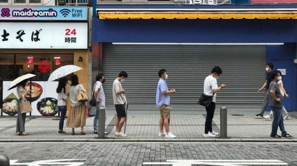 Menschen stehen in Tokio für einen PCR-Test an