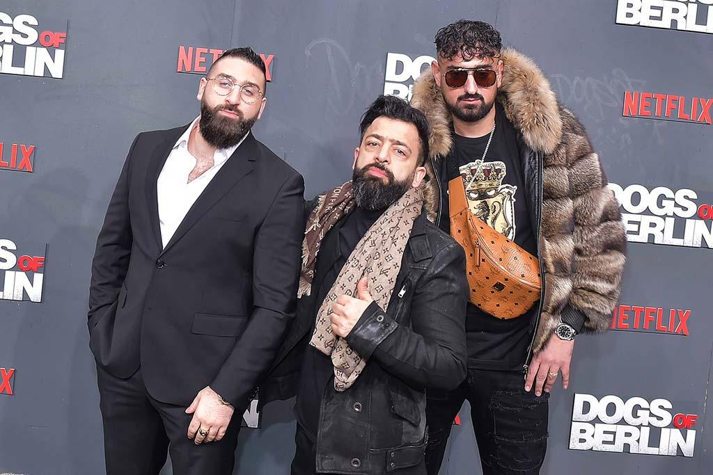 """DJ Roze Lee (Mitte) – hier mit Rapper Haftbefehl (r.) und dessen Manager – auf der Premiere zur Netflix-Produktion """"Dogs of Berlin""""."""