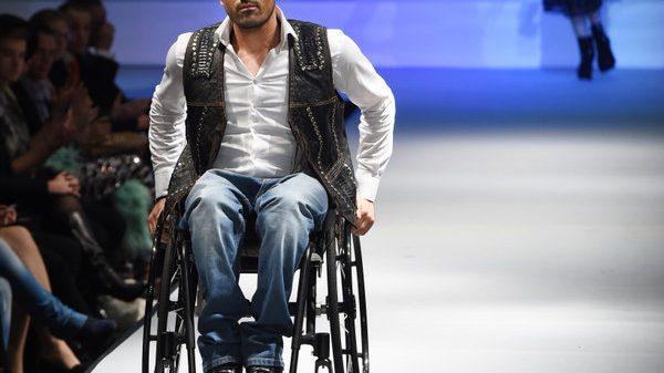 Rollifahrer Tan Caglar zeigte Mode vom Label Fredini Luxusmode des Designers Fred Wetzlaff.