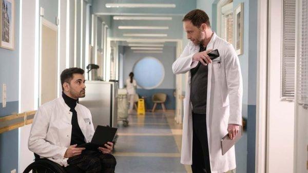 Tan Caglar unterhält sich in der Serie mit Chefarzt Dr. Kai Hoffmann.