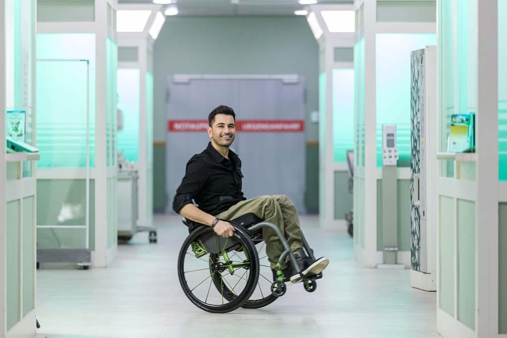 """Tan Caglar am Set von """"In aller Freundschaft"""" – bis auf der Zugang zum CT-Raum war das Set bereits ziemlich barrierefrei."""
