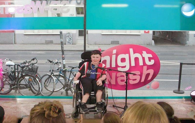 """Der Teenie-Comedian Carl Josef (14) bei der Online-Comedy-Sendung """"NightWash""""."""