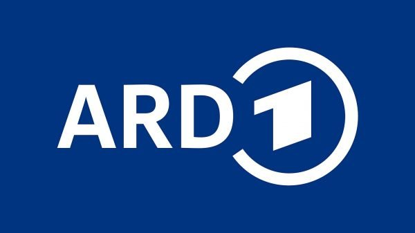 ARD-Logo in weißer Schrift vor blauem Hintergrund. Das Logo besteht aus den Buchstaben A, R, D und in einer anderen Schrift 1. Die 1 wird von einem Kreis eingeschlossen, der an der linken Seite zum D hin offen ist.
