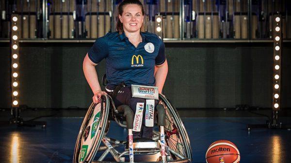 Annabel Breuer im Rollstuhl, auf dem Boden liegt ein Basketball.