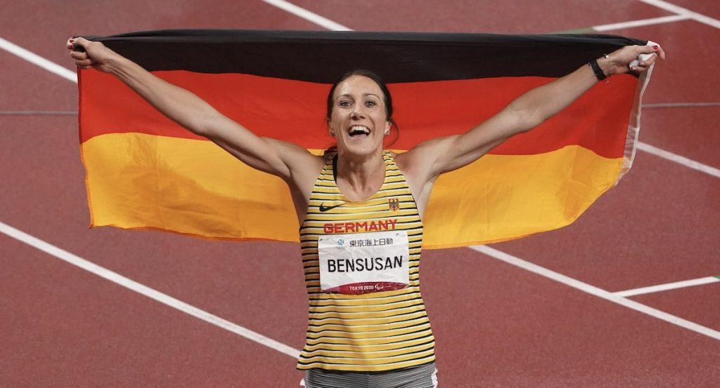 eichtathletik, 100 Meter T64 - Prothese, Frauen Finale, im Olympiastadion. Die Silbermedaillen-Gewinnerin Irmgard Bensusan aus Deutschland jubelt nach ihrem Rennen mit der deutschen Fahne.