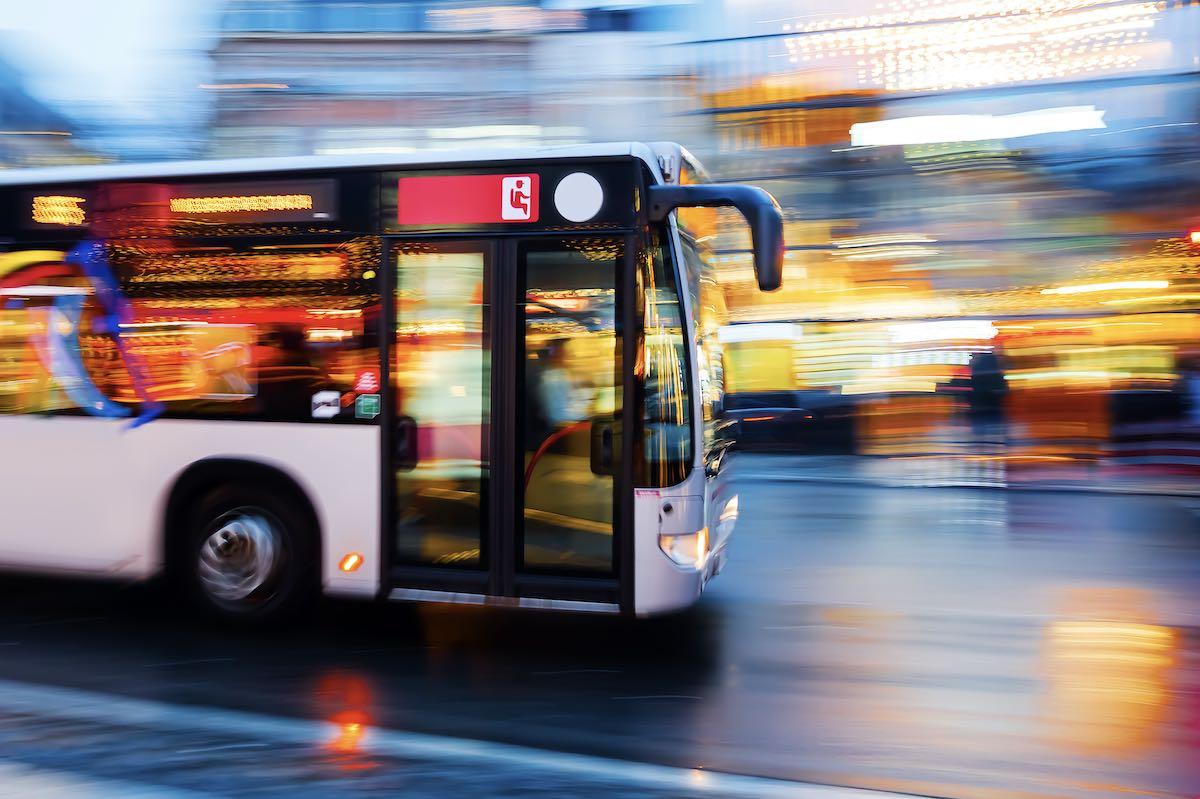 Ein schnell fahrender Bus.