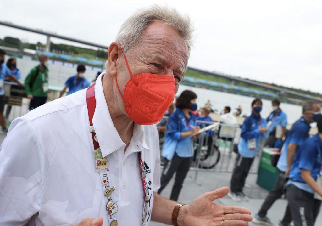 Friedhelm Julius Beucher, Präsident des deutschen Behindertensportverbandes, trägt eine rote Maske.