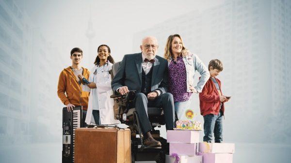 Gruppenfoto mit den Schauspielern der Serie, wobei Dieter Hallervorden im E-Rollstuhl sitzt.