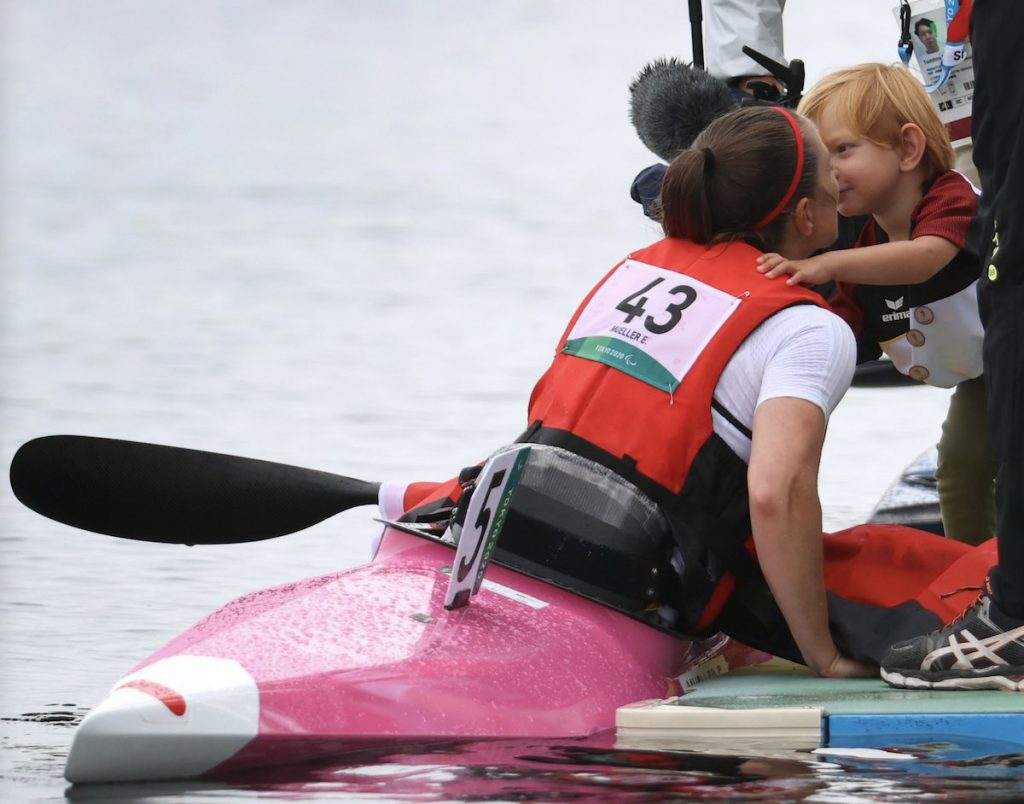 Edina Müller wird nach ihrem Sieg von ihrem zweijährigen Sohn Liam geküsst.
