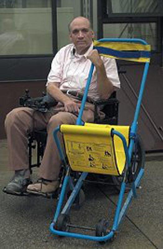 John Abruzzo mit einem gelben Evakuierungsstuhl
