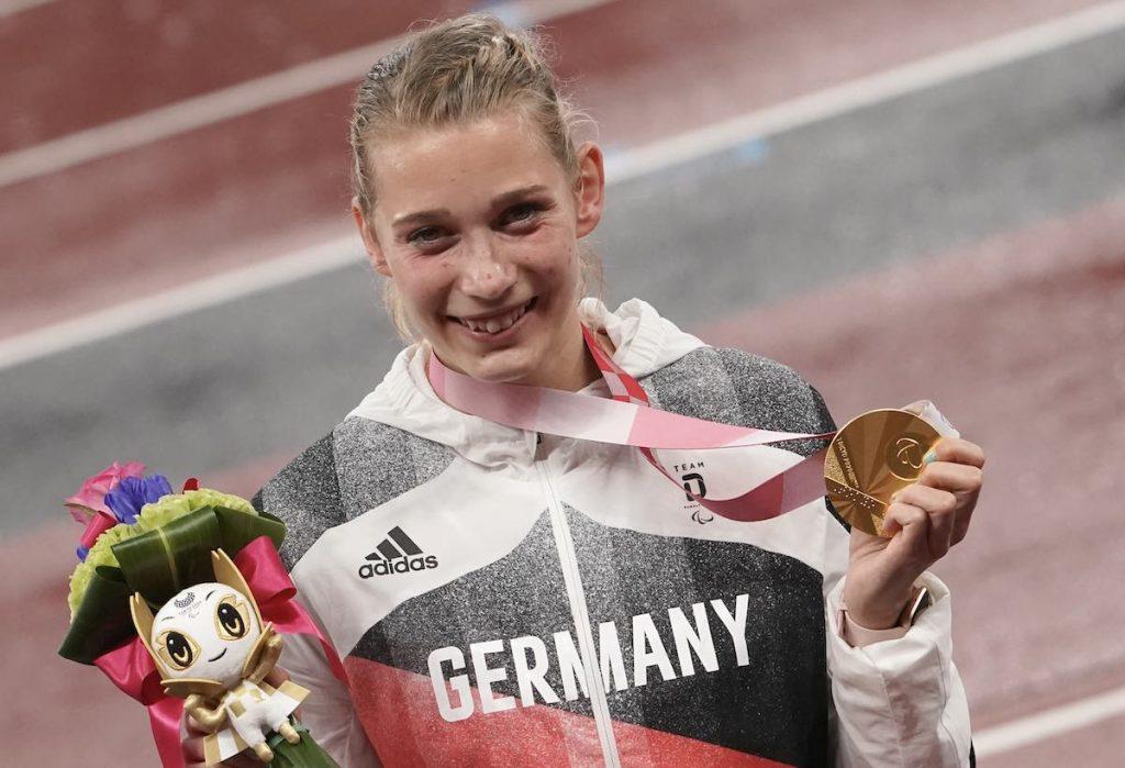 Leichtathletik, Frauen, Finale 400 Meter, T38, im Olympic Stadium: Lindy Ave (Deutschland) hält ihre Goldmedaille. (Foto: Marcus Brandt/dpa)