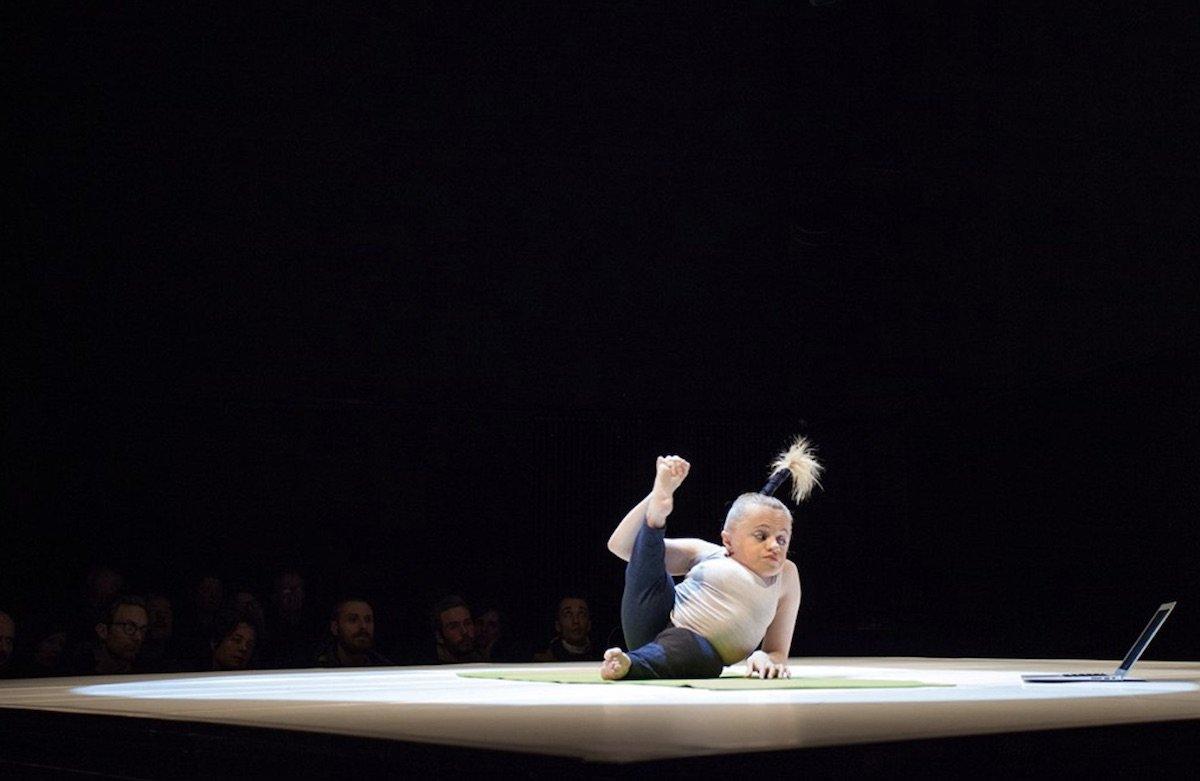 Die kleinwüchsige Maija Karhunen liegt auf der Bühne und streckt ihr rechtes Bein in die Höhe.