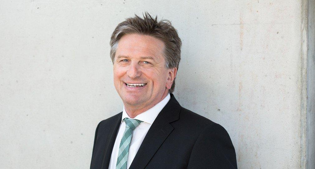 Porträt Manne Lucha, im Anzug und mit grün gestreifter Krawatte