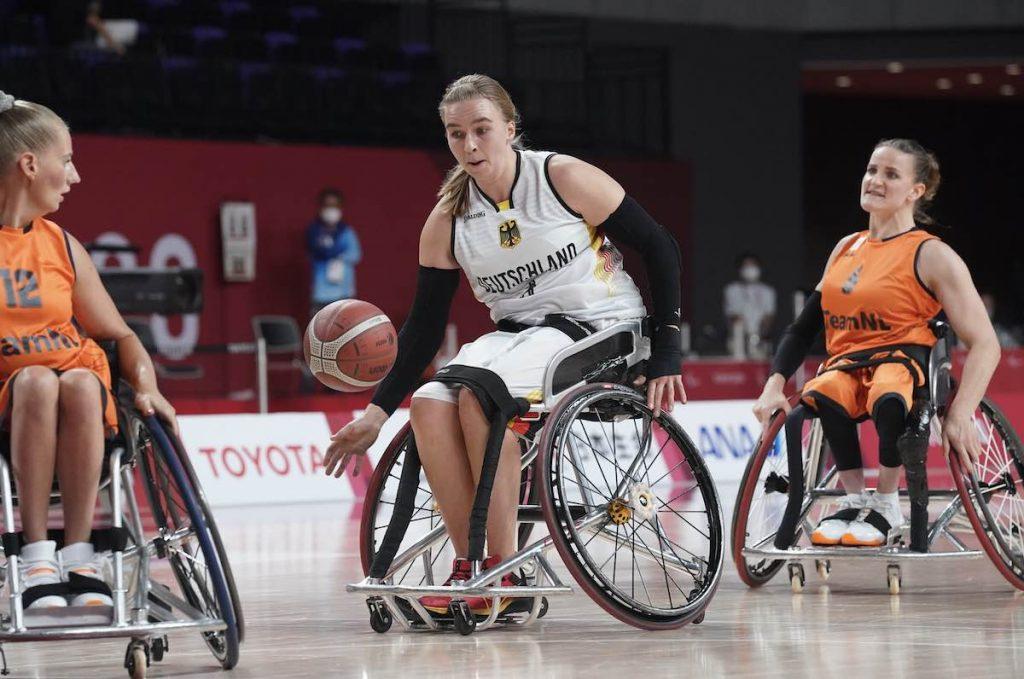 Rollstuhlbasketball: Mareike Miller mit Ball gegen Saskia Pronk (l.) und Jitske Visser (r.) aus den Niederlanden.