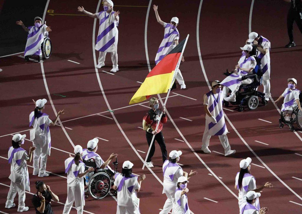 Natascha Hiltrop (m.), Sportschützin und Gold- und Silbermedaillengewinnerin, trug die deutsche Fahne. (Foto: Marcus Brandt/dpa)
