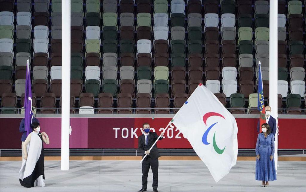 Auch die Abschlussfeier im Olympic Stadium blieb wegen Corona ohne Publikum: Andrew Parsons (m.), Präsident des Internationalen Paralympischen Komitees, hält auf der Bühne die Paralympische Flagge, neben ihm Seiko Hashimoto (l.), Präsidentin des Organisationskomitees der Olympischen und Paralympischen Spiele in Tokio, und Anne Hidalgo (r.), Bürgermeisterin von Paris.