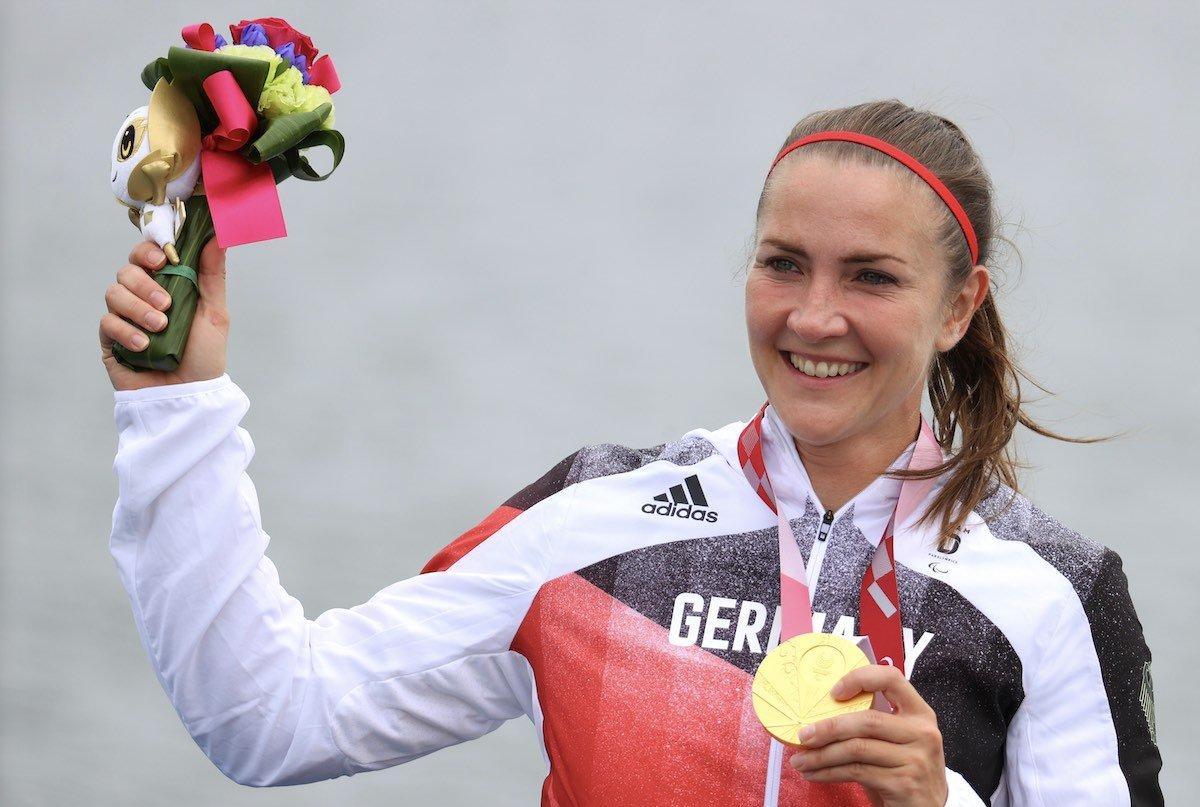 Edina Müller mit ihrer Goldmedaille bei der Siegerehrung am 4. September 2021 in Tokio (Foto: Karl-Josef Hildenbrand/dpa)